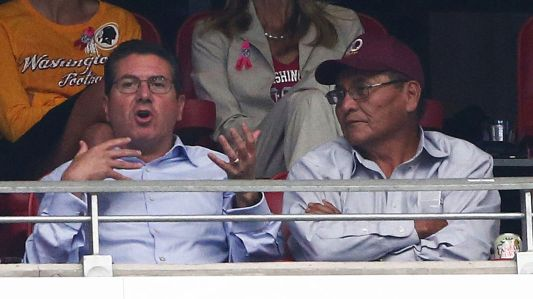Ben Shelly (qui porte une casquette des Redskins) et Dan Snyder en pleine discussion dans les tribunes. Une photo prise le 12 octobre lors du match entre les Arizona Cardinals et les Washington Redskins