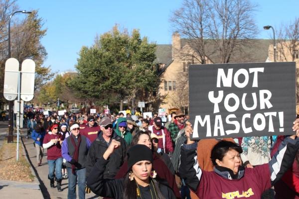 """Une manifestante brandit une pancarte """"Pas Votre Mascotte"""" lors de la manifestation organisée le 2 novembre à Minnesota"""