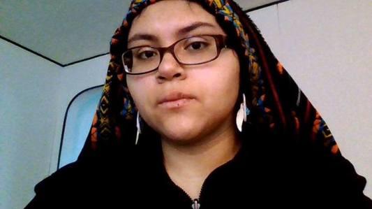 """Xochitl Sandoval, une étudiante améridienne de l'université d'illinois qui a fait part dans une lettre adressé à la présidence de l'université de ses """"pensées suicidaires"""" face à l'omniprésence d'étudiants/supporters déguisés en """"Indiens"""""""